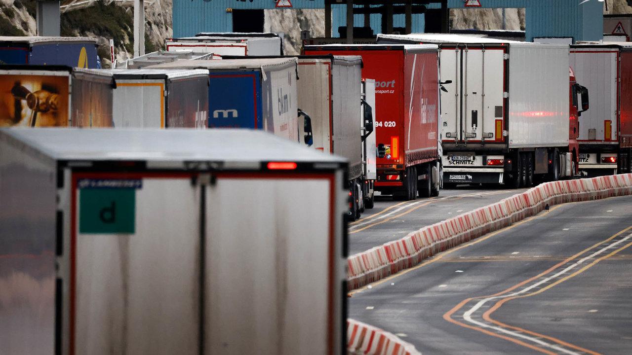 Fronty kamionů: Přepravu zboží mezi Velkou Británií a EU nyní komplikují hraniční a celní kontroly. Na snímku fronta kamionů v Doveru.
