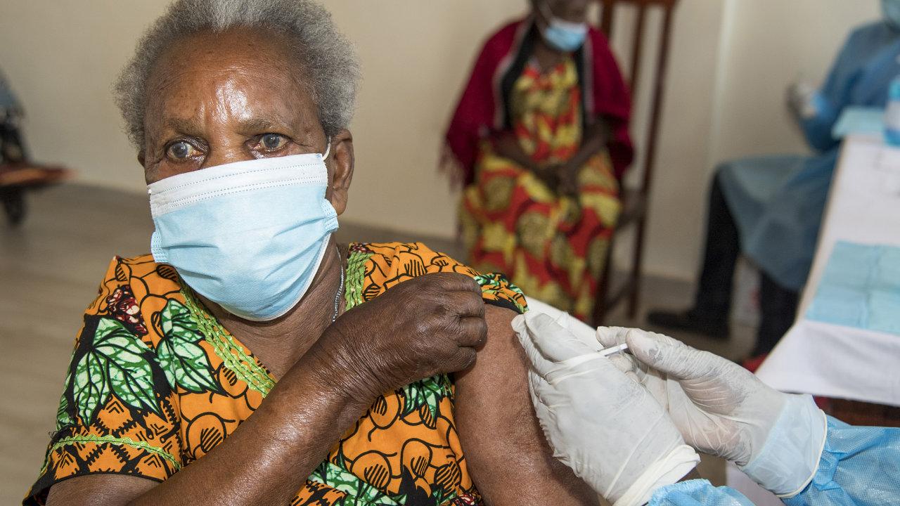 V boji proti koronaviru má Afrika, nejchudší kontinent světa s 1,3 miliardy obyvatel, zoufalý nedostatek vakcín. Očkování jde pomalu, tak jako ve Rwandě (na snímku).
