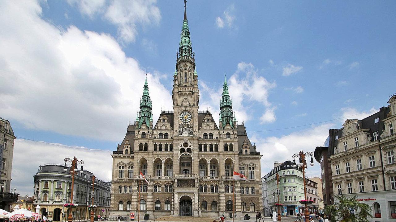 Kdyby měl Liberec (na snímku tamní radnice) rozpočet polské Jelení Gory, která je o něco menší, měl by navíc půl miliardy korun.
