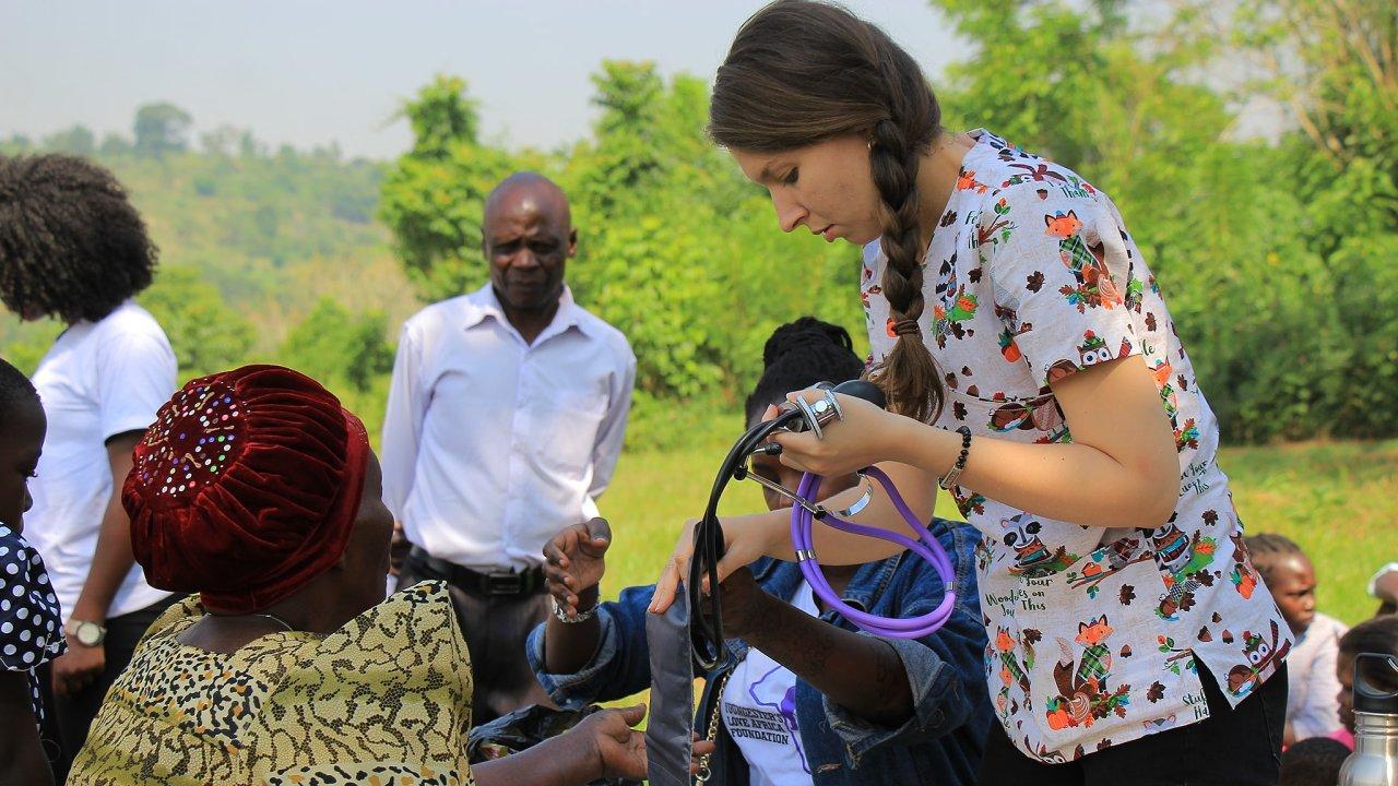 Lékařka Lenka Karahutová pomáhá v Ugandě.