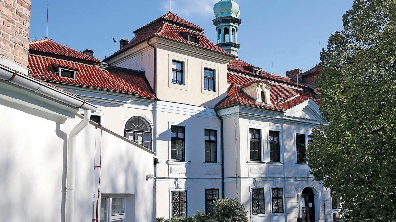 Zámek s historickým parkem, který se rozkládá na třech hektarech, pochází odhadem z roku 1725.