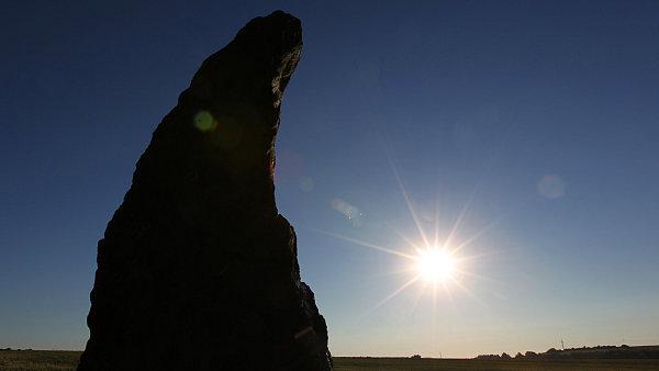 Menhir u středočeských Klobuk zvaný Kamenný pastýř