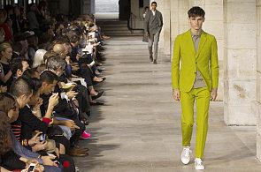 Příští jaro v pánské módě  Připravte se na barevné obleky a výrazné potisky 0b7efa1179