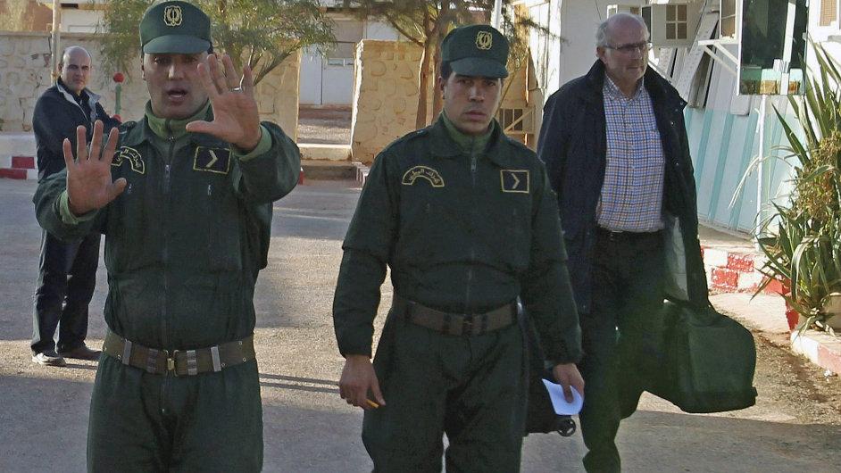 Vojáci před vchodem do napadené plynárny