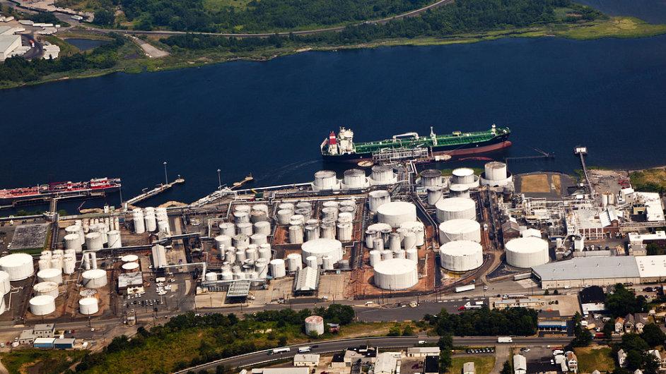 Rafinerie v americkém Newarku - ilustrační foto