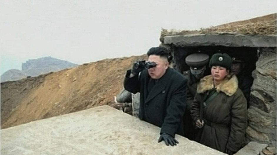 Kim Čong-un sleduje cvičení severokorejské armády