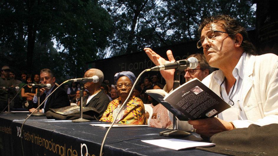 Básník Ghassan Zaqtan (vpravo) na festivalu poezie v Kolumbii.