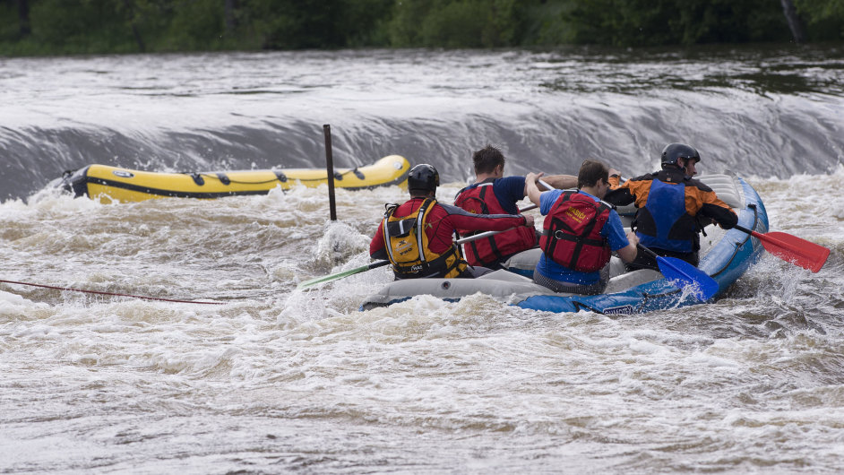 Záchranáři bojují o životy vodáků, kteří se 7. června u Herbertova na Českokrumlovsku vydali na raftu na rozvodněnou Vltavu.