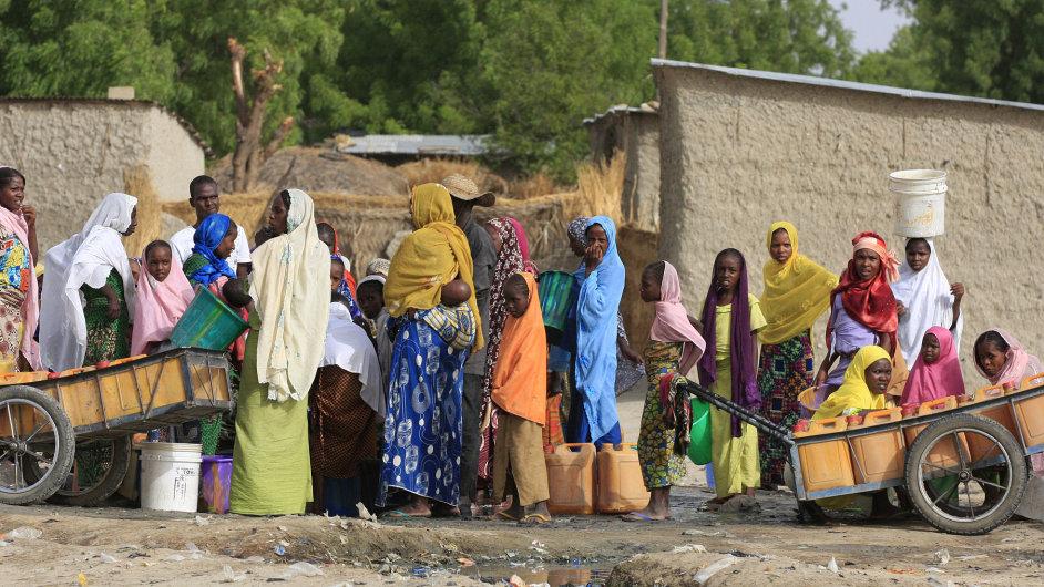 Ženy s dětmi v nigérijské Kerinowě čekají frontu na vodu