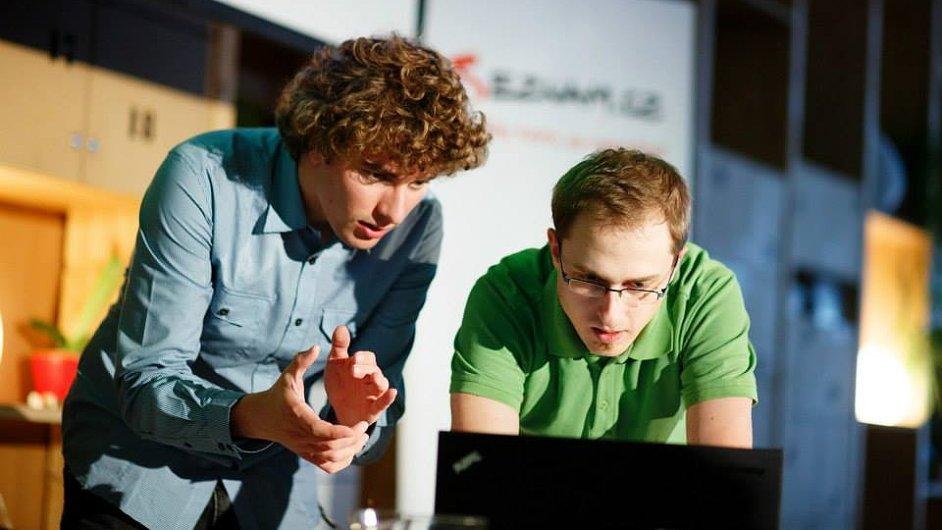 Student ČVUT Vojtěch Ciml (vlevo) vymyslel program, který jednoduše nahraje na web video i s prezentací