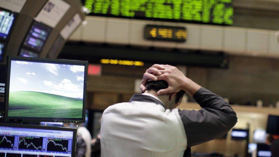 New York - Makléř na parketu na americké Wall Street sleduje propad cen akcií.