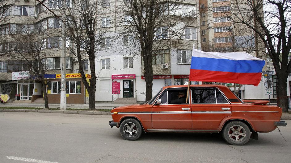 Ruské vlajky v ulicích Simferopolu. Krym se chystá na nedělní referendum.