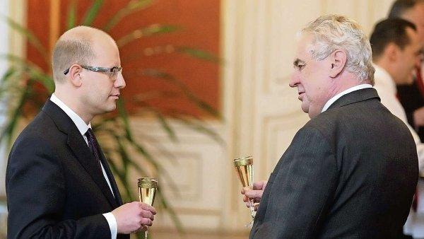 """""""S premiérem Sobotkou jsme dva roky docela slušně vycházeli, než přišla migrační krize,"""" řekl Zeman."""