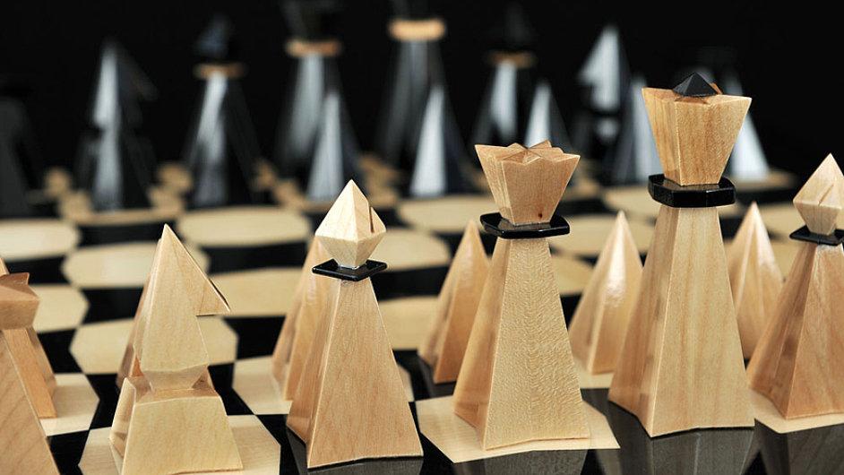 Šachová krása pod stromečkem může mít podobu vyřezávaných figurek z javorového dřeva.