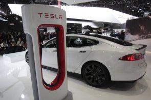 Tesla zpoplatňuje