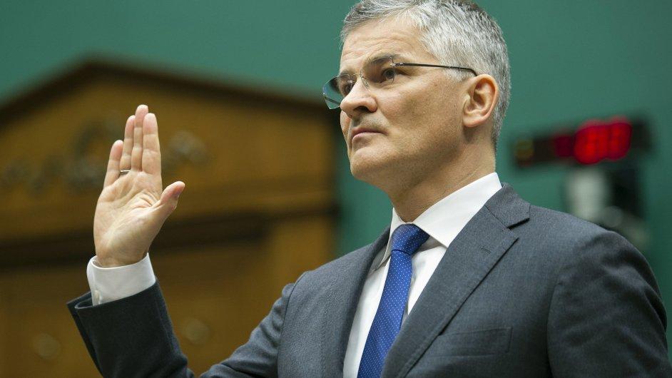 Šéf amerického Volkswagenu Michael Horn přísahá před komisí Kongresu USA.