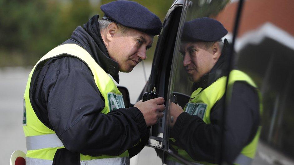Policista na hraničním přechodu v Mikulově. Cvičení vojáků a policistů k uprchlické krizi.