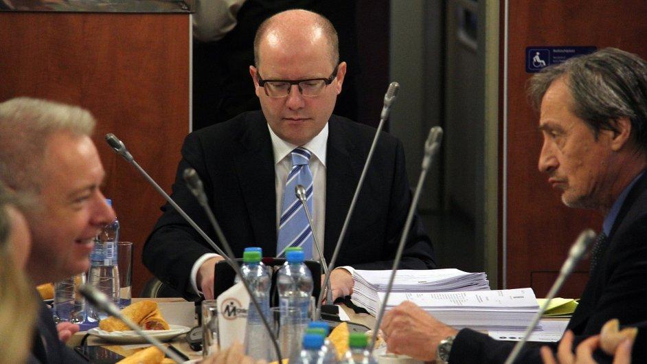 Ministři jeli z Prahy vlakem na výjezdní zasedání vlády v Ústí nad Labem.