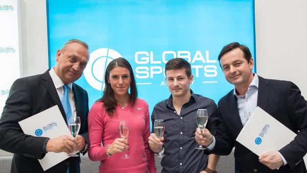 Slavnostní přípitek při založení Global Sports (zleva Pavel Zíka, Zuzana Hejnová, Václav Pilař, Jakub Dlouhý)
