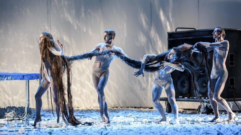 Snímek z nové inscenace Snu čarovné noci v Národním divadle.