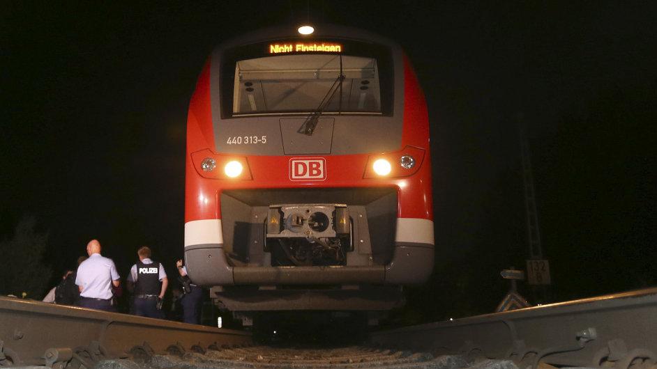 Mladý Afghánec zaútočil sekyrou a nožem v regionálním vlaku ve východním Německu.
