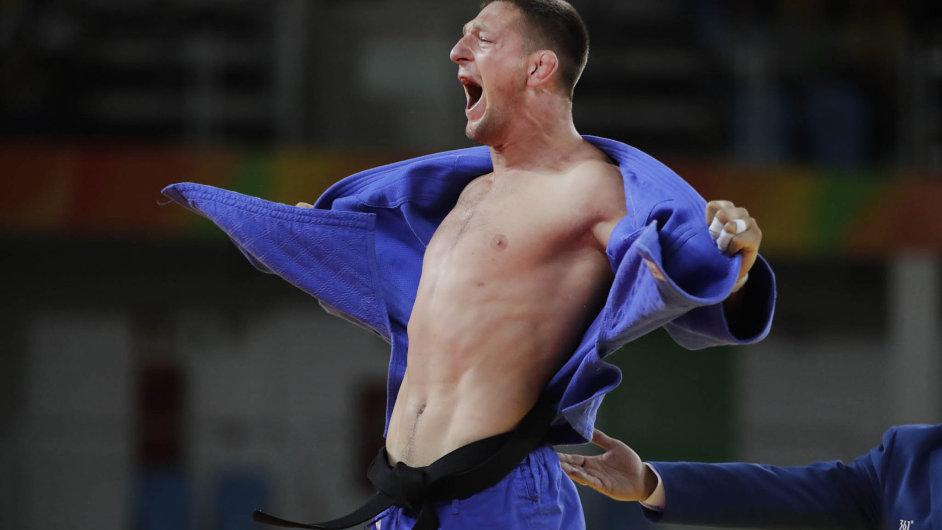 Judista Lukáš Krpalek oslavuje výhru zlaté medaile v souboji s Ázerbájdžáncem Elmarem Gasimovem v Rio de Janeiru.