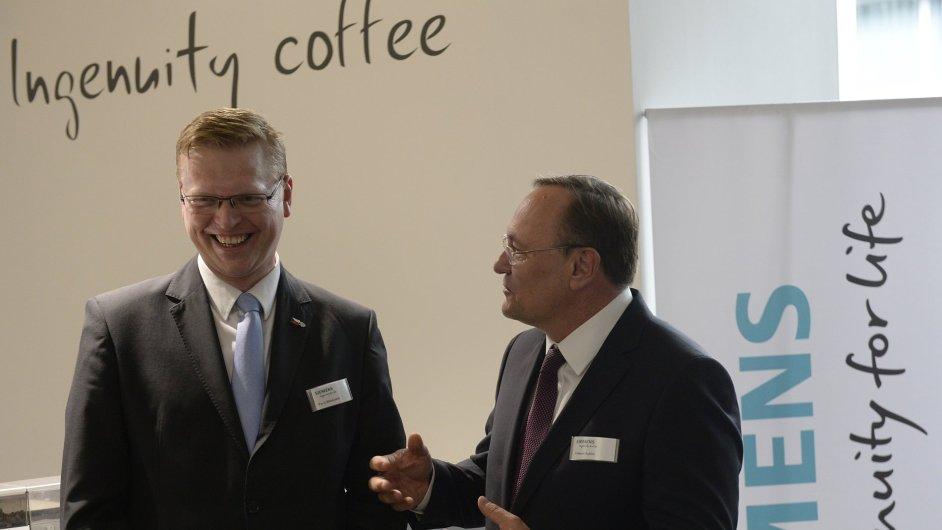Místopředseda vlády Pavel Bělobrádek (vlevo) a generální ředitel skupiny Siemens Česká republika Eduard Palíšek slavnostně otevřeli 2. listopadu v Praze vývojové a konstrukční centrum Siemens.