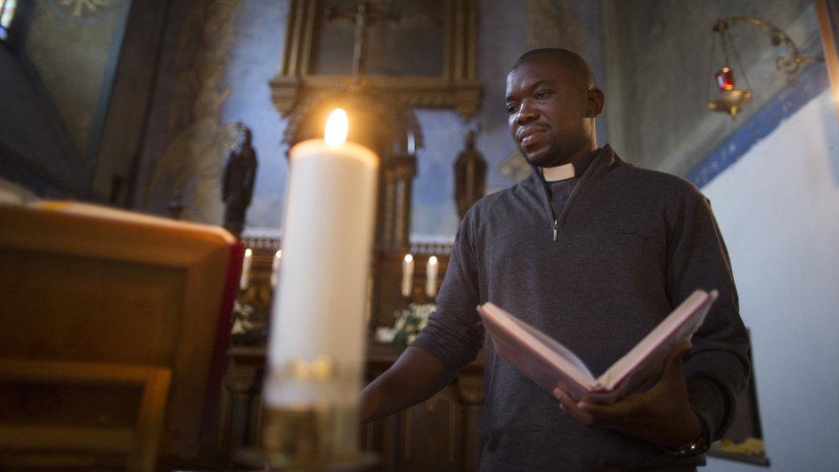 Kněz Georges Mondo z Konga působí v Kolíně.
