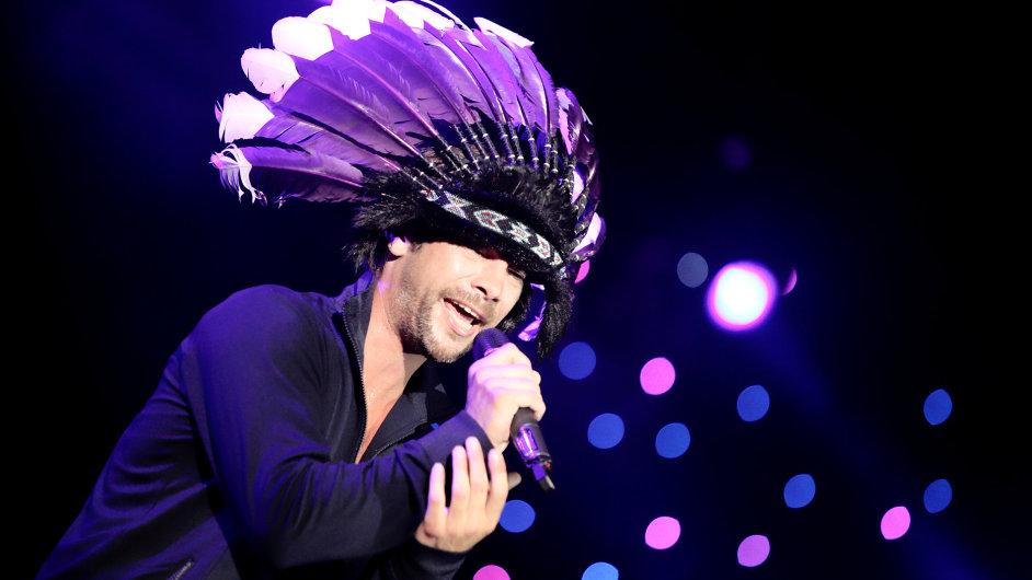 Na snímku z koncertu Jamiroquai na srbském festivalu Novi Sad je zpěvák Jason
