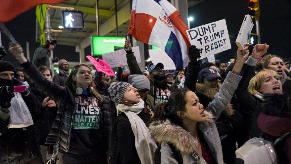 Lidé protestují na mezinárodním letišti Johna F. Kennedyho v New Yorku.