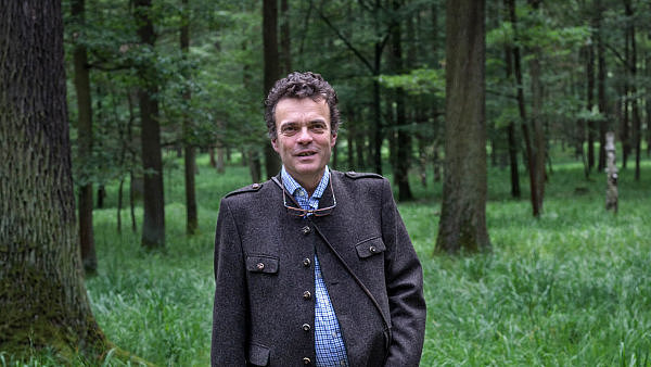 Pro další generace. Dubu se v nížině daří. Roste sice pomaleji než smrk, ale za jeho dřevo se zase víc platí, říká Tomáš Czernin.