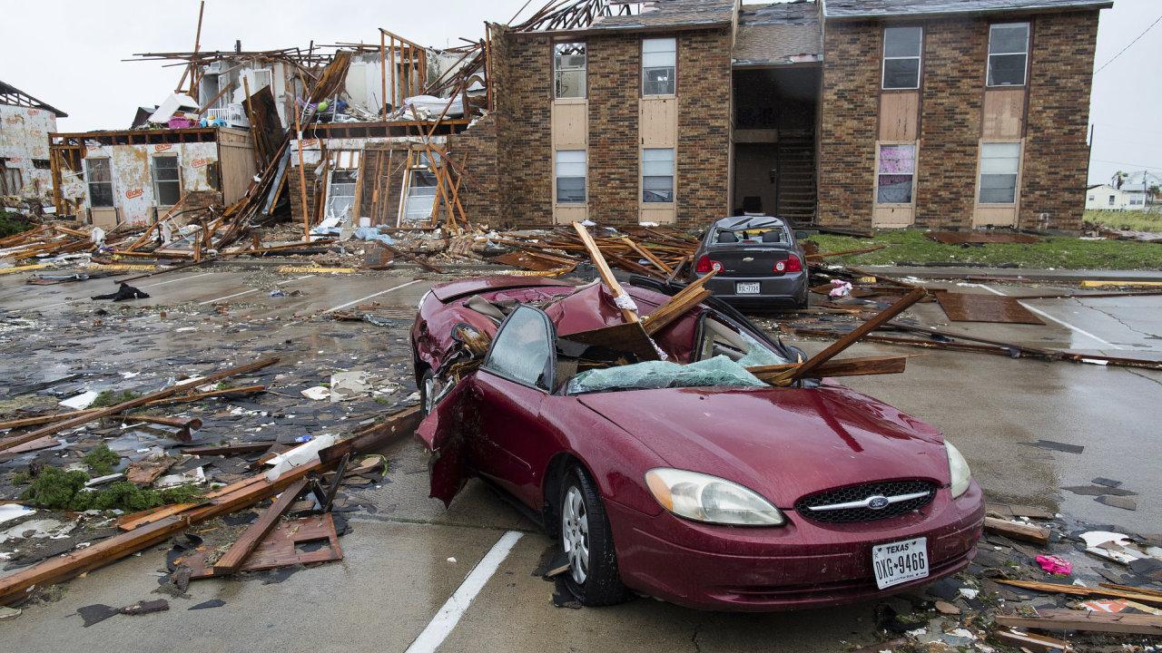 Hurikán Harvey o víkendu pustošil jihovýchod Texasu. Na svědomí má nejméně 2 oběti.