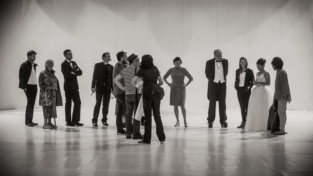 Snímek ze zkoušky inscenace U Kočičí bažiny. Premiéru bude mít tento pátek.