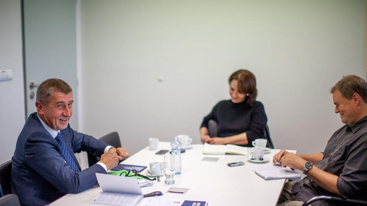 Andrej Babiš a redaktoři Kateřina Frouzová a Lukáš Werner v sídle ANO v Praze na Chodově.