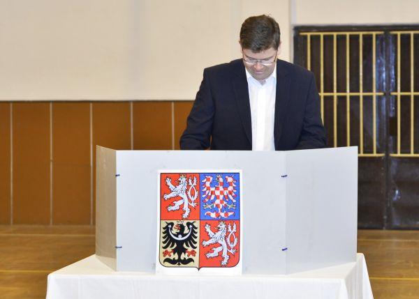 Volit prezidenta přišel předseda TOP 09 Jiří Pospíšil