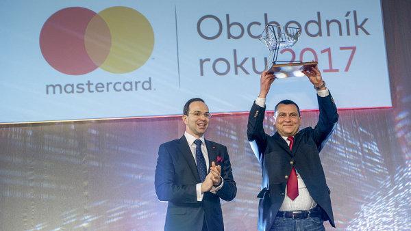 Generální ředitel Ikey Marek Feltl (vpravo) převzal a zvedl nad hlavu cenu pro vítěze.