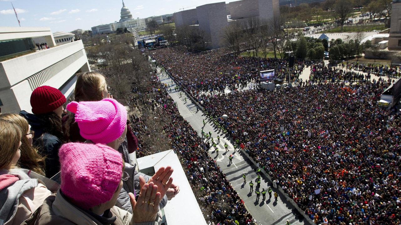 Desetitisíce studentů proudí dnes z různých míst Spojených států do Washingtonu, kde se připravuje pochod za zpřísnění kontroly prodeje zbraní.