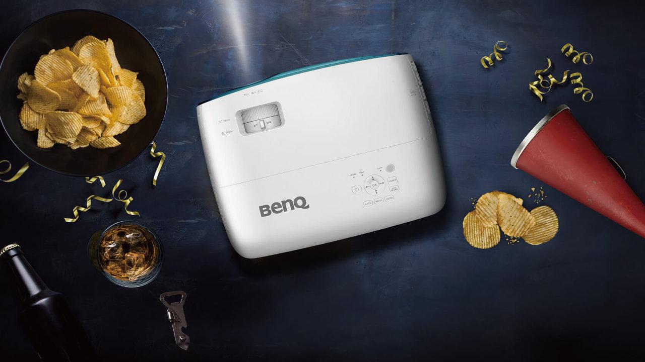 Levný 4K projektor Benq TK800 si poradí i s nezatemněným pokojem