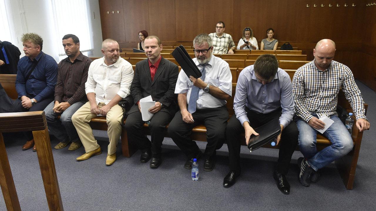 Zleva obžalovaní Michal Rozumek, Robert Sedlařík, Pavel Čaniga, Dominik Nagy, Ladislav Kováč, Pavel Rybář a Tomáš Dreksler.