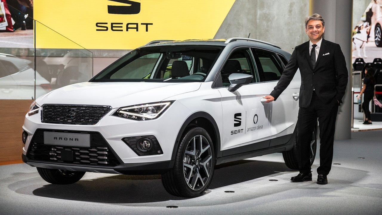 Šéf Seatu Luca de Meo u malého SUV Arona, uvedeném v loňském roce.