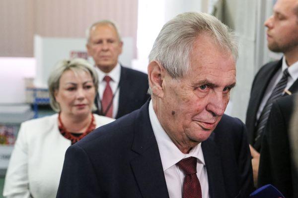 Prezident Miloš Zeman s manželkou Ivanou odevzdali 5. října 2018 v Praze své hlasy v komunálních volbách.