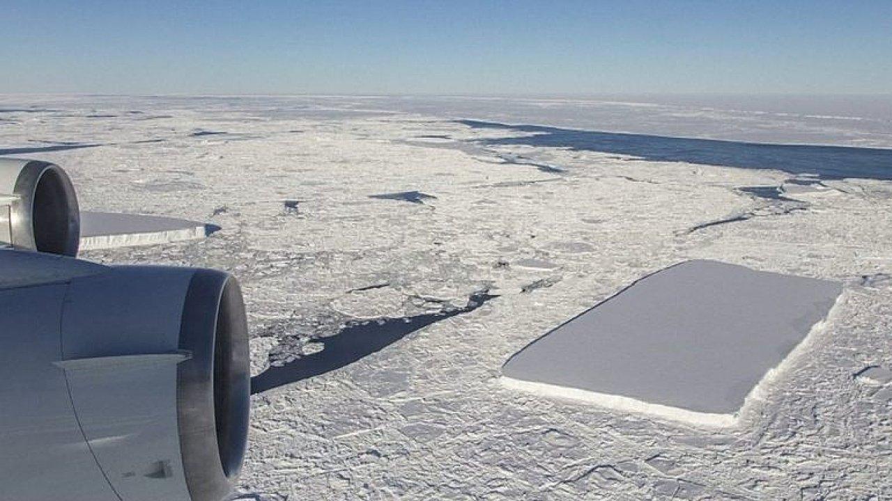Dokonalý ledovec. NASA objevila v Antarktidě plovoucí kru ve tvaru obdélníku