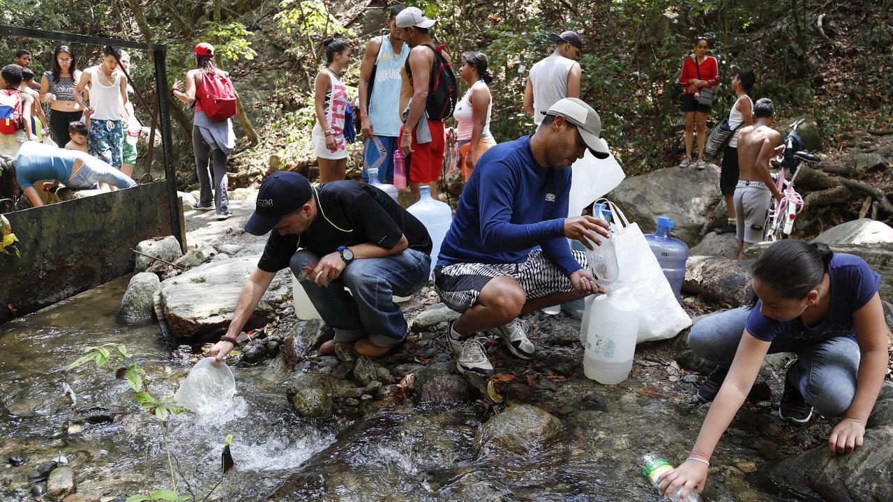 Mnozí Venezuelané jsou odříznuti iodvody, protože jim kvůli výpadku nefungují elektřinou poháněná čerpadla. Pro vodu si tak chodí ikpramenům vnárodním parku Ávila.