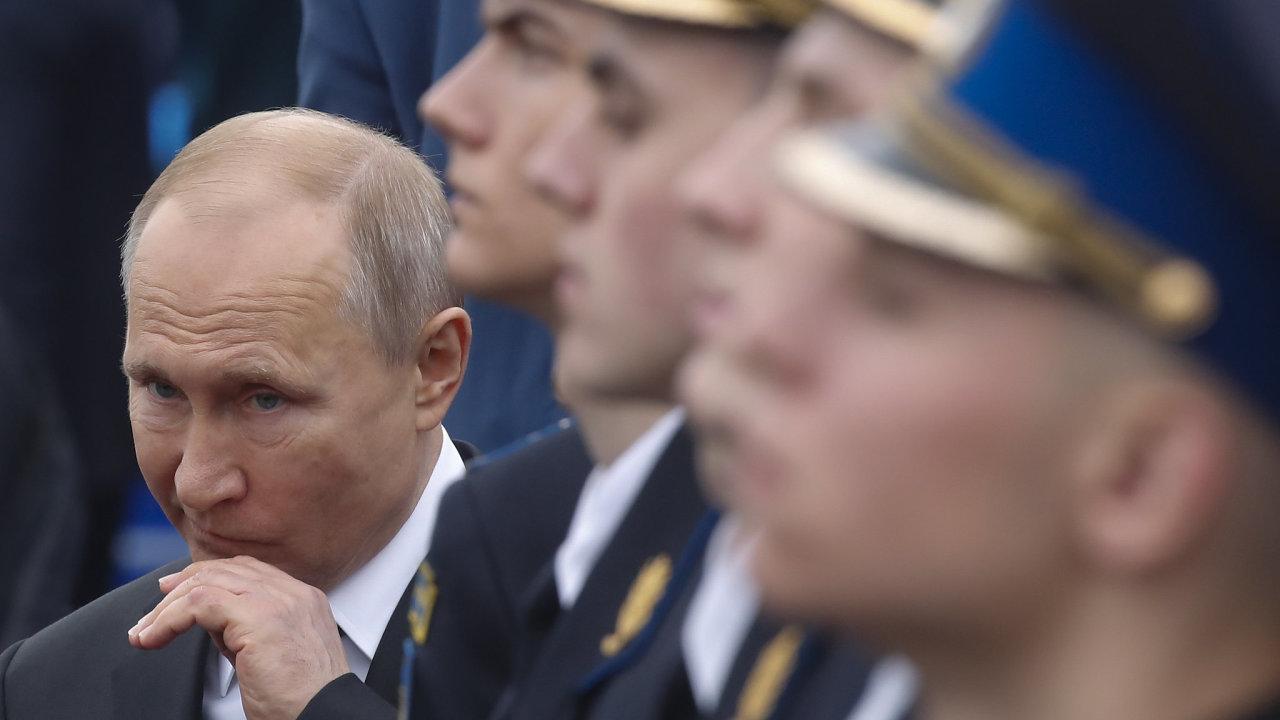Komentuje dění v Rusku a absurdity i nespravedlnosti tamního každodenního života, také pak Vladimira Putina.