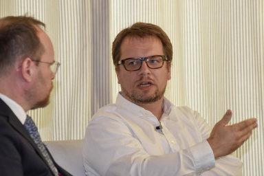 Debata HN odluhopisech: Leoš Rousek, hlavní analytik HN, agenerální ředitel J&T Banky Štěpán Ašer (vpravo) diskutovali osituaci načeském trhu sfiremními dluhopisy.