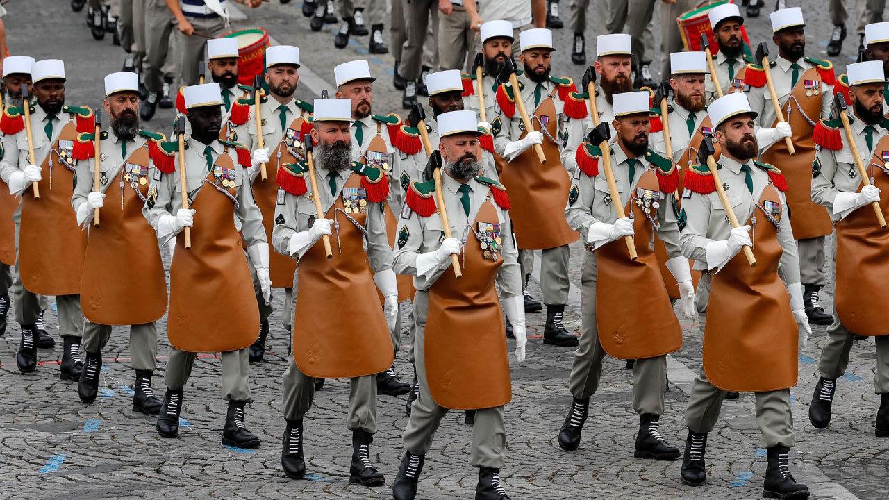 Tradiční podívanou upříležitosti výročí dobytí věznice Bastily apočátku Velké francouzské revoluce zroku 1789 byl ipochod francouzské cizinecké legie.