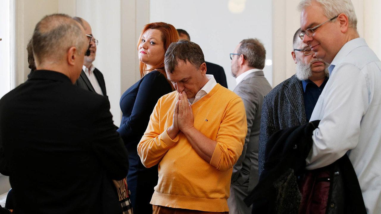 Modlitba u soudu. Antonín Koláček překvapil před začátkem líčení osobní duchovní chvilkou.