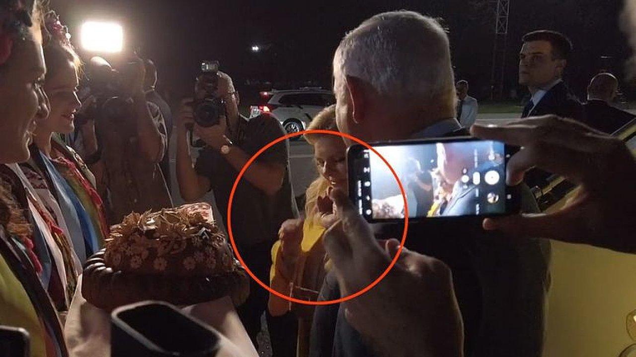 Pohrdla tradicí. Politikova žena na letišti zahodila chléb se solí