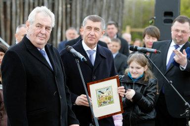 Prezident Miloš Zeman gratuluje Andreji Babišovi ke vzniku velkorysého projektu Čapí hnízdo.