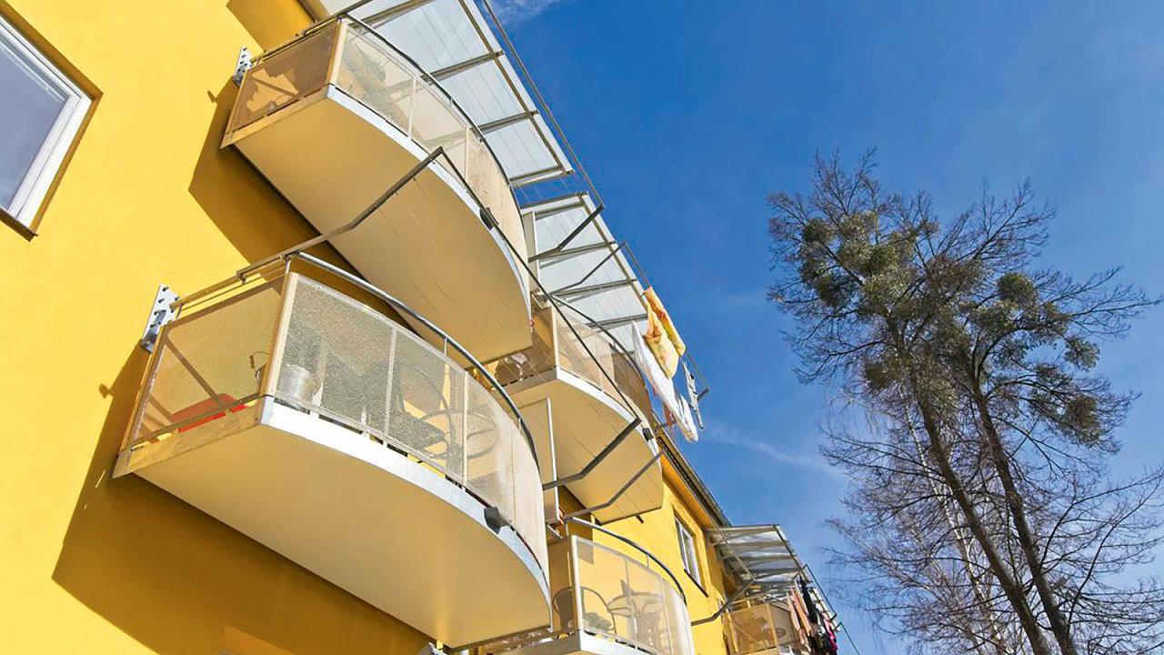 Balkon lze zavěsit nakaždý panelák nebo zděný dům. Dokonce čím starší, tím lepší.